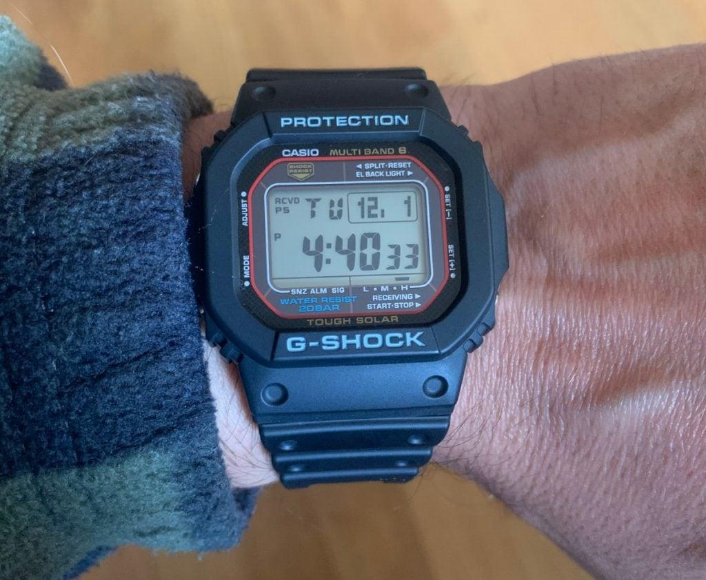 ¿Cómo sabes que ha sincronizado la hora correctamente al día siguiente? Fácil, aparece en la pantalla principal (esquina superior izquierda) la palabra RCVD