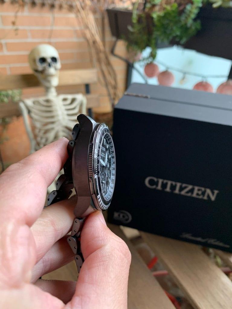 Reloj Citizen Eco Drive CC9025-51E Satellite Wave GPS Sky Premier: detalles caja y laterales