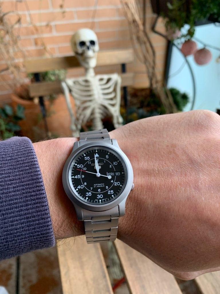 Seiko SNK809: pulsera y como queda en la muñeca