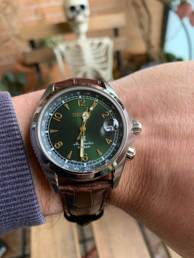 Seiko Prospex Tierra Alpinist SPB121J1 con esfera verde, brújula y correa de piel marrón, uno de los clásicos de Seiko