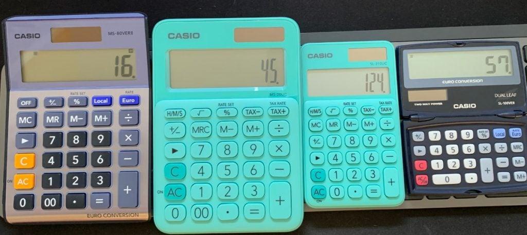 Dos calculadores Casio de sobremesa y 2 de bolsillo